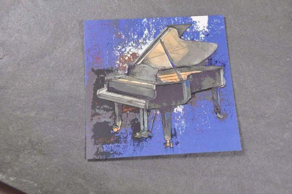 Quadratische Postkarte Blue Piano