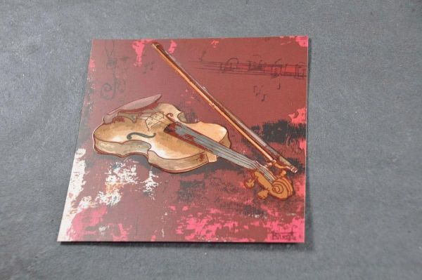 Quadratische Postkarte Red Violin